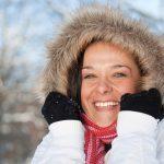 Женщина в зимней куртке с капюшоном