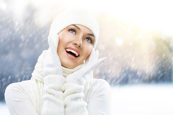 Девушка в белом на фоне снегопада