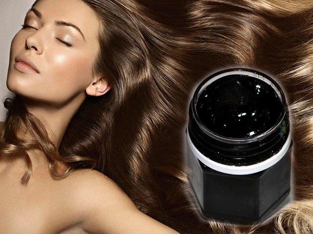 Девушка с красивыми волосами и мумие